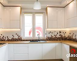 LOFTY glasco design - Duża otwarta zamknięta biała kuchnia w kształcie litery u z oknem - zdjęcie od Glasco