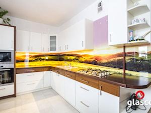 Szkło laminowane glasco - Średnia zamknięta biała kuchnia w kształcie litery l - zdjęcie od Glasco
