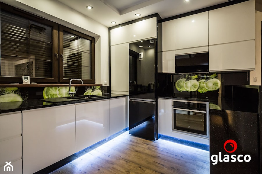 Glasco Liczy się EFEKT - Średnia zamknięta biała kuchnia w kształcie litery u z oknem - zdjęcie od Glasco