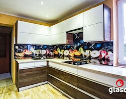 Glasco Liczy się EFEKT - Średnia zamknięta żółta kuchnia w kształcie litery l z oknem - zdjęcie od Glasco