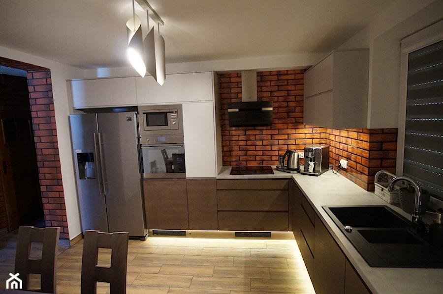 Glasco Liczy się EFEKT - Duża biała kuchnia w kształcie litery l w aneksie z oknem - zdjęcie od Glasco