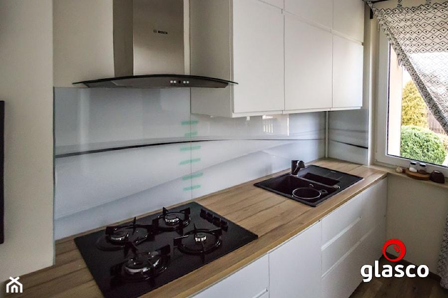 Szkło laminowane glasco - Mała otwarta biała kuchnia jednorzędowa z oknem - zdjęcie od Glasco