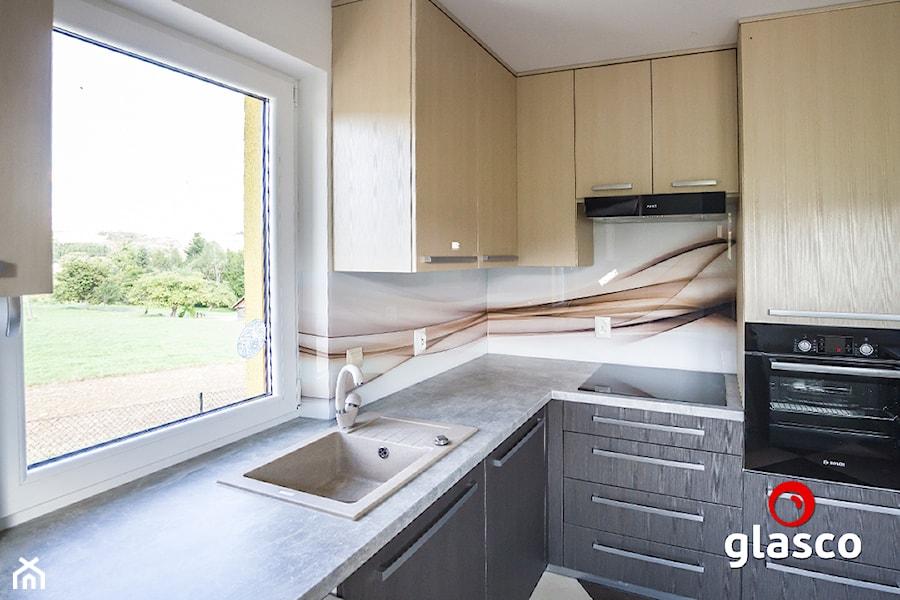 Glasco Liczy się EFEKT - Mała zamknięta szara kuchnia w kształcie litery l z oknem - zdjęcie od Glasco