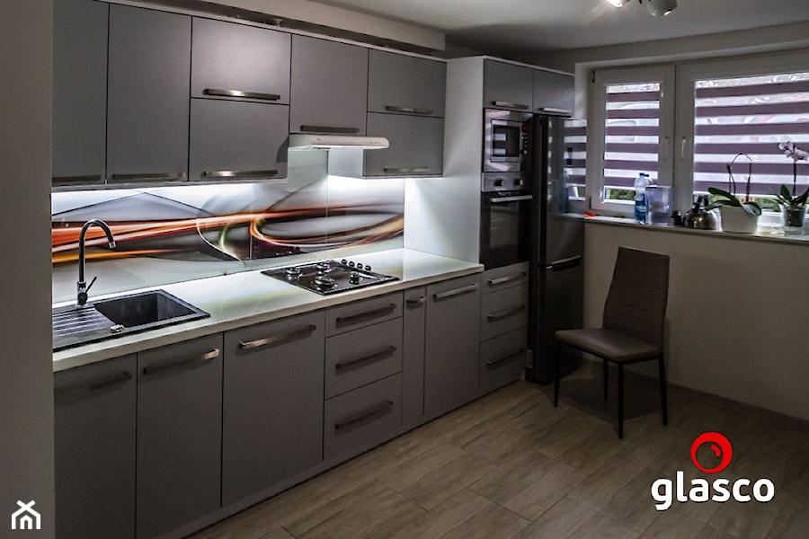 Glasco Liczy się EFEKT - Średnia otwarta szara kuchnia jednorzędowa z oknem - zdjęcie od Glasco