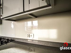 Glasco - Mała zamknięta beżowa kuchnia w kształcie litery l z oknem - zdjęcie od Glasco