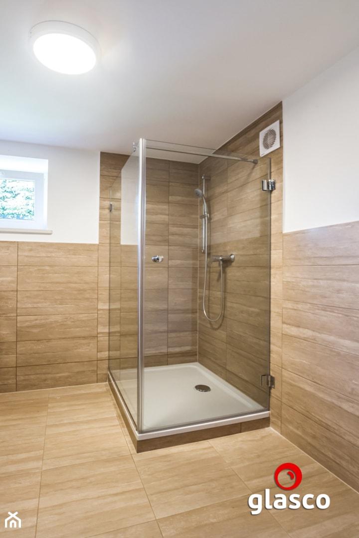 Glasco Liczy się EFEKT - Średnia biała brązowa łazienka w bloku w domu jednorodzinnym z oknem - zdjęcie od Glasco