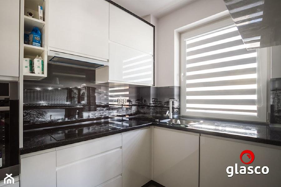 Glasco Liczy się EFEKT - Mała otwarta biała kuchnia w kształcie litery l z oknem - zdjęcie od Glasco
