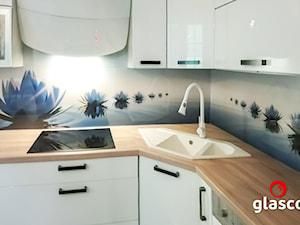 Glasco Liczy się EFEKT - Mała zamknięta kolorowa kuchnia w kształcie litery l - zdjęcie od Glasco