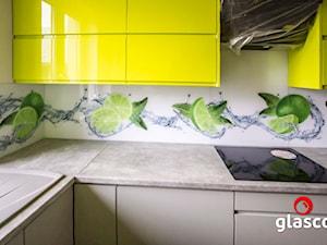 Glasco Liczy się EFEKT - Mała otwarta zamknięta beżowa kuchnia w kształcie litery l w aneksie z oknem - zdjęcie od Glasco