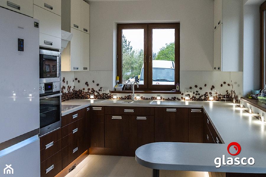 Glasco Liczy się EFEKT - Średnia otwarta biała kuchnia w kształcie litery g z oknem - zdjęcie od Glasco