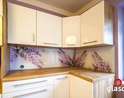 Glasco Liczy się EFEKT - Średnia fioletowa kuchnia w kształcie litery l w aneksie z oknem - zdjęcie od Glasco