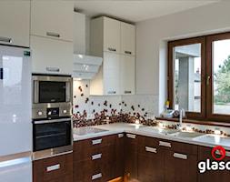 Glasco Liczy się EFEKT - Średnia biała kuchnia w kształcie litery l z oknem - zdjęcie od Glasco
