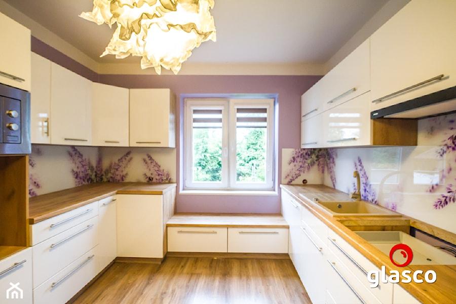 Glasco Liczy się EFEKT - Duża fioletowa kuchnia w kształcie litery u z oknem - zdjęcie od Glasco