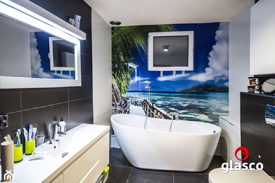 Glasco Liczy się EFEKT - Mała biała czarna łazienka na poddaszu w bloku w domu jednorodzinnym bez okna - zdjęcie od Glasco