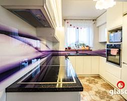 Glasco Liczy się EFEKT - Średnia zamknięta żółta kuchnia w kształcie litery u z oknem - zdjęcie od Glasco