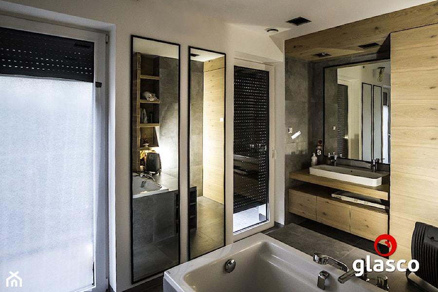 Glasco - Średnia biała łazienka na poddaszu w bloku w domu jednorodzinnym z oknem - zdjęcie od Glasco