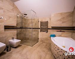 Glasco - Średnia biała beżowa łazienka na poddaszu w domu jednorodzinnym bez okna, styl tradycyjny - zdjęcie od Glasco