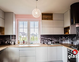 Glasco Liczy się EFEKT - Mała otwarta różowa kuchnia w kształcie litery u z oknem - zdjęcie od Glasco