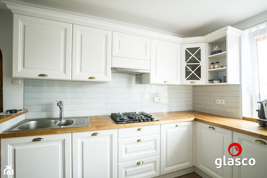 Glasco Liczy się EFEKT - Średnia otwarta biała kuchnia w kształcie litery l - zdjęcie od Glasco