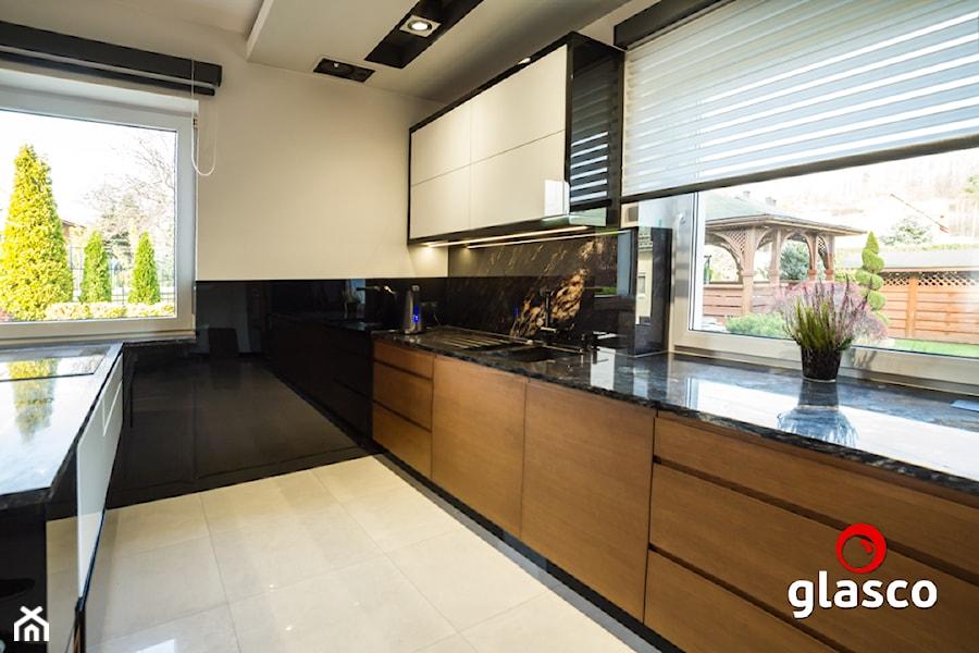Glasco Liczy się EFEKT - Średnia otwarta szara czarna kuchnia dwurzędowa z oknem - zdjęcie od Glasco