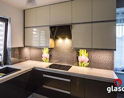 Glasco Liczy się EFEKT - Średnia beżowa kuchnia w kształcie litery l w aneksie z oknem - zdjęcie od Glasco