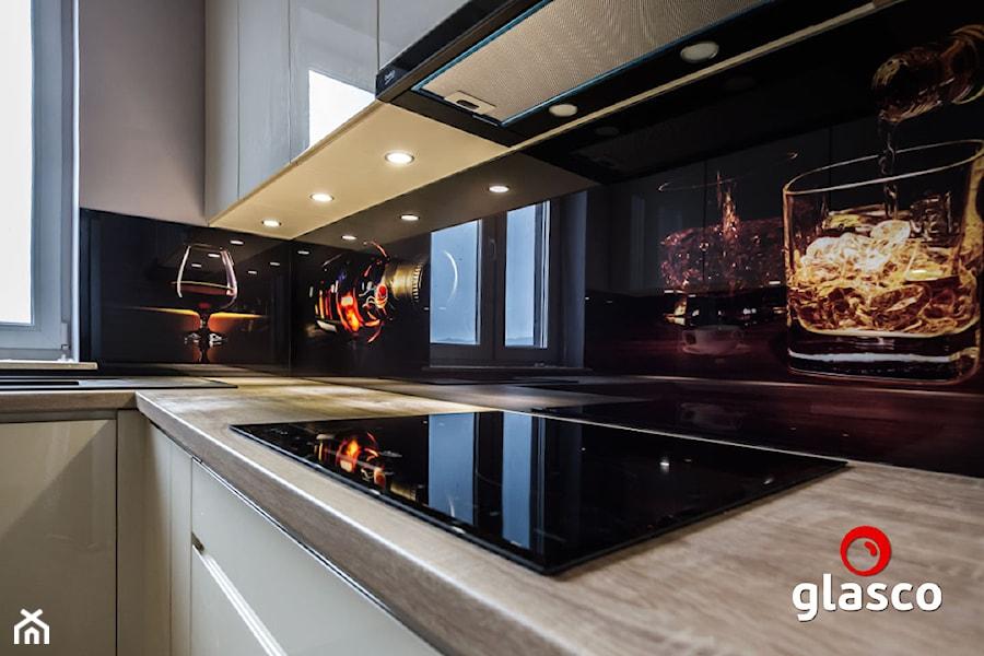 Glasco Liczy się EFEKT - Mała szara czarna kuchnia w kształcie litery l z oknem - zdjęcie od Glasco