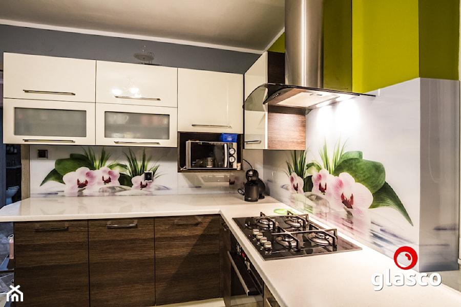 Glasco Liczy się EFEKT - Średnia otwarta szara kuchnia w kształcie litery l z oknem - zdjęcie od Glasco