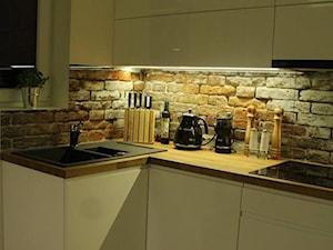 Glasco Liczy się EFEKT - Mała otwarta biała kuchnia w kształcie litery l w aneksie z oknem - zdjęcie od Glasco
