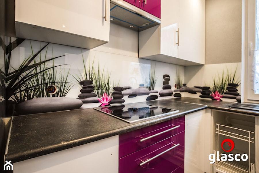 Glasco Liczy się EFEKT - Mała biała szara kuchnia w kształcie litery l z oknem - zdjęcie od Glasco