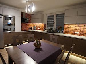 Glasco Liczy się EFEKT - Duża zamknięta biała brązowa kuchnia w kształcie litery l z oknem - zdjęcie od Glasco