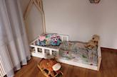 domek łóżko w pokoju dziecka