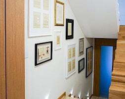 Klatka schodowa z galerią prac - zdjęcie od CREATOR ARCHITEKT