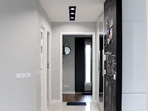 Dom jednorodzinny - Średni czarny szary hol / przedpokój, styl nowoczesny - zdjęcie od NOVI_projektowanie
