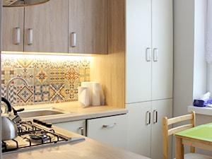 Kawalerka dla dwóch seniorek - Średnia biała kuchnia w kształcie litery l w aneksie z oknem, styl skandynawski - zdjęcie od NOVI_projektowanie
