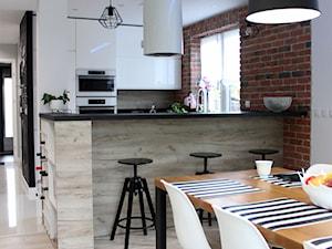Dom jednorodzinny - Mała biała brązowa kuchnia w kształcie litery u w aneksie z wyspą z oknem, styl industrialny - zdjęcie od NOVI_projektowanie