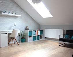 Adaptacja poddasza w Wąchocku - Średnie szare białe biuro kącik do pracy na poddaszu w pokoju, styl skandynawski - zdjęcie od NOVI_projektowanie