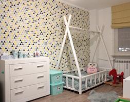 Mieszkanie o powierzchni 62mk - Mały biały szary żółty pokój dziecka dla dziewczynki dla malucha, styl skandynawski - zdjęcie od NOVI_projektowanie