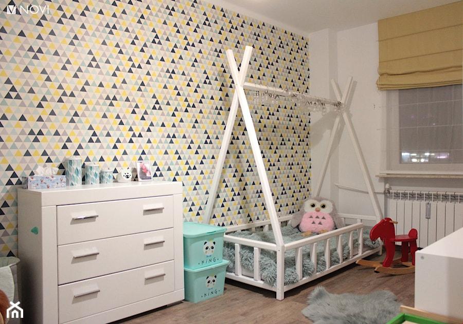 Aranżacje wnętrz - Pokój dziecka: Mieszkanie o powierzchni 62mk - Mały biały szary żółty pokój dziecka dla dziewczynki dla malucha, styl skandynawski - NOVI_projektowanie. Przeglądaj, dodawaj i zapisuj najlepsze zdjęcia, pomysły i inspiracje designerskie. W bazie mamy już prawie milion fotografii!
