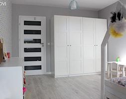 Dom jednorodzinny - Średni szary pokój dziecka dla chłopca dla dziewczynki dla ucznia dla malucha dla nastolatka, styl skandynawski - zdjęcie od NOVI_projektowanie