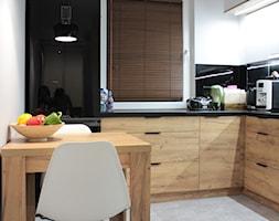 Biało czarno drewniana kuchnia - zdjęcie od NOVI_projektowanie