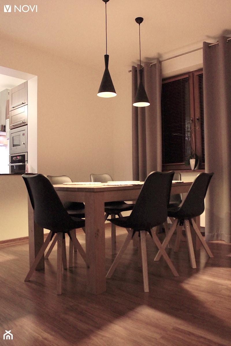 Klimatyczny salon z cegłą - Mała otwarta biała jadalnia w salonie, styl nowoczesny - zdjęcie od NOVI_projektowanie