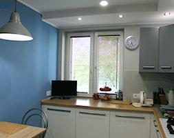 Mieszkanie w bloku 70m2 - Mała zamknięta biała niebieska kuchnia w kształcie litery l z oknem, styl nowoczesny - zdjęcie od NOVI_projektowanie