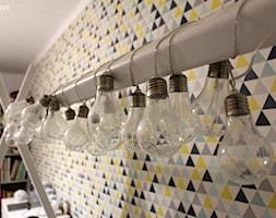 Mieszkanie o powierzchni 62mk - Mały biały szary żółty niebieski pokój dziecka dla malucha, styl skandynawski - zdjęcie od NOVI_projektowanie
