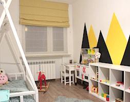 Mieszkanie o powierzchni 62mk - Mały biały żółty czarny pokój dziecka dla dziewczynki dla malucha, styl skandynawski - zdjęcie od NOVI_projektowanie