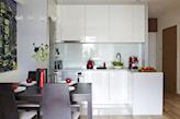 biała kuchnia z błyszczącymi frontami