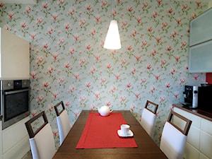 Mieszkanie z nutą Art deco - Mała zamknięta szara czerwona kuchnia dwurzędowa, styl nowoczesny - zdjęcie od Artema Pracownia Architektury Wnętrz Agnieszka Krawczyk
