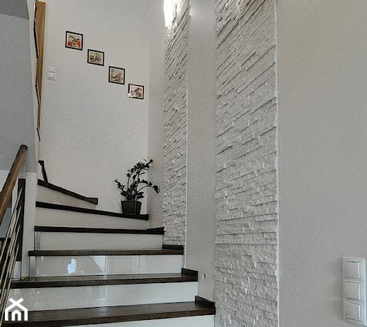 lampy wiszące nad kręte schody