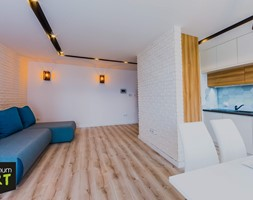 Mieszkanie pod wynajem - Średni biały salon z kuchnią z jadalnią, styl skandynawski - zdjęcie od OptimumArt Pracownia Aranżacji Wnętrz - Homebook