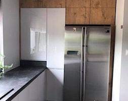 Szary połysk+dąb lancelot+ciemny blat - Mała zamknięta biała kuchnia w kształcie litery l z oknem, styl skandynawski - zdjęcie od AJ-Strefa Kuchni - Homebook