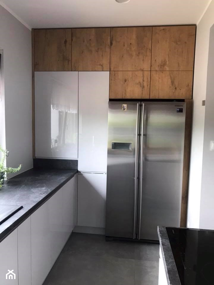 Szary połysk+dąb lancelot+ciemny blat - Mała zamknięta biała kuchnia w kształcie litery l z oknem, styl skandynawski - zdjęcie od AJ-Strefa Kuchni